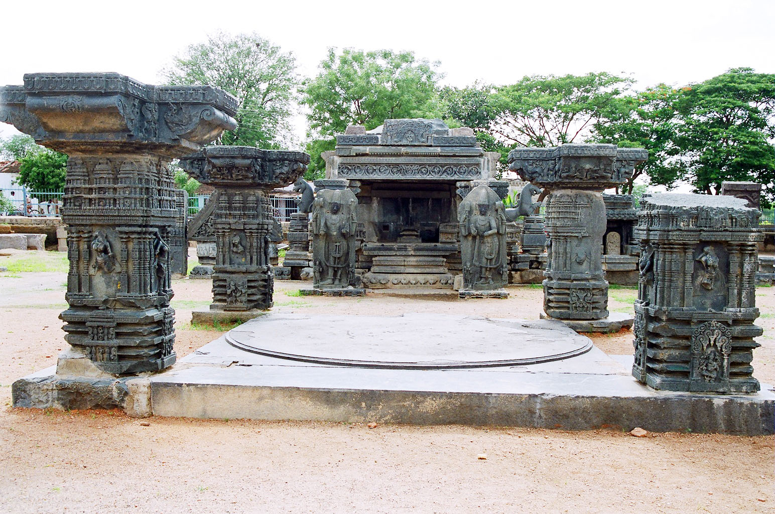 Warangal Fort-Warangal Fort belongs to the 13th century when it was constructed by King Ganapati Deva. The fort was intended to be his second capital. The exquisite carved pillars and arches add attraction to the fort. The fort houses a temple, which is dedicated to Swayambhudevi, Mother Earth.